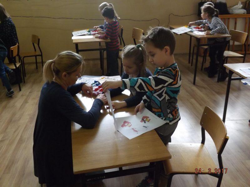 """Dnia 24.03.2017 r. w ramach wydarzenia pod hasłem """"Spotkanie z nauką"""" w Publicznej Szkole Podstawowej SPSK w Wierzbiu odbyły się WARSZTATY Z ROBOTYKI dla dzieci z przedszkola oraz uczniów klas 1-3."""